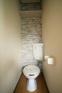 石調の壁紙の独立タイプのトイレです♪