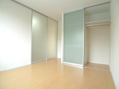北側の洋室はスクリーンで仕切られており、収納もハンガーパイプ部分と段があるタイプに分けられています。