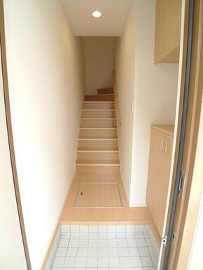 玄関収納は棚が付いており、高さの変更ができるので用途によって使い分けができます。