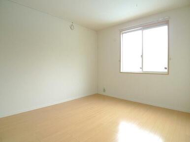 北側の洋室でも十分な明るさを確保しています。