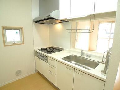 キッチンは3口のビルトインコンロ付きのシステムキッチン仕様♪お料理の幅が広がります!