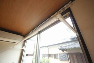 窓枠に設置された室内物干し金具。雨天時や花粉症対策に便利です!