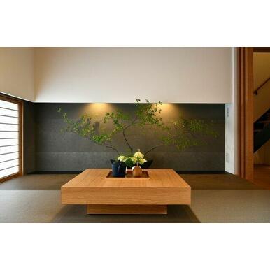 4.5帖和室。床の間には間接照明を配しており落ち着く空間です。
