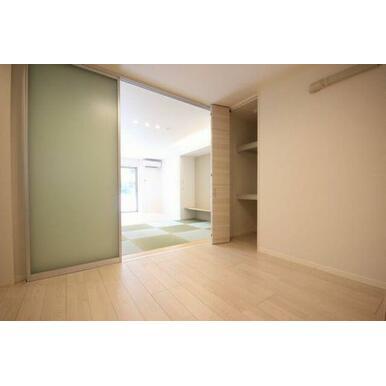 ◆洋室◆収納スペースあり☆スライディングスクリーンで仕切れるので、窮屈さを軽減します。