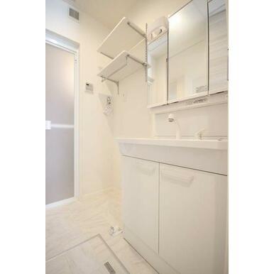 ◆洗面台◆忙しい朝も便利な洗髪洗面化粧台。ランドリーラックもタオルなどが置けて便利です。