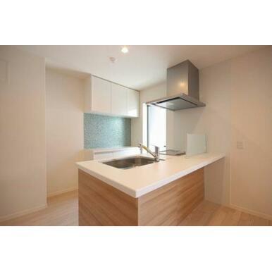 ◆キッチン◆IHコンロ+シングルレバー水栓設置。バルコニーにも出られます。