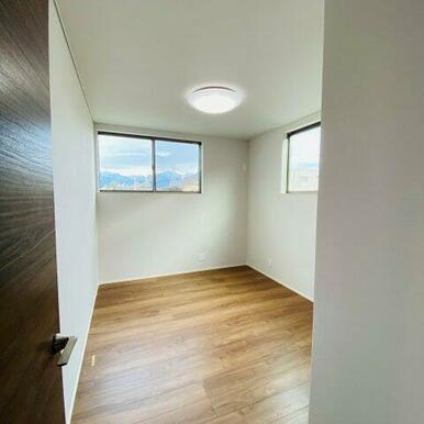 2階にはクローゼット付きの5.6帖洋室が2部屋あります!