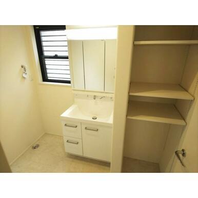 洗面 洗面台の隣には稼働棚付きの収納スペースがあります。