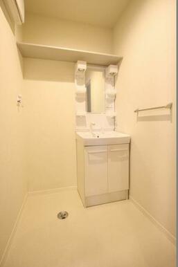 ◆洗面所◆朝の忙しいときに便利な洗髪洗面化粧台付き!上部に収納棚もついています。もちろん室内洗濯機置