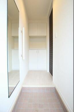 ◆玄関&玄関ホール◆玄関はタイル貼仕様。上下セパレート型シューズクローゼット&便利な縦手摺がついてい