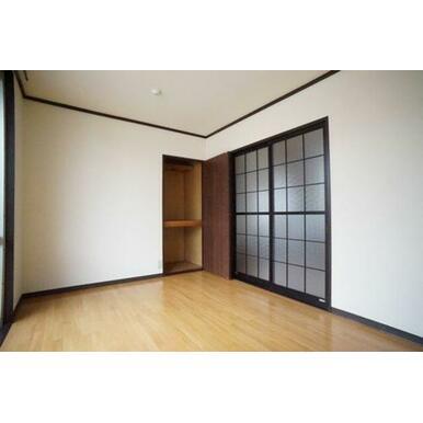 ◆洋室(5.5帖)◆棚付きの収納もございます。