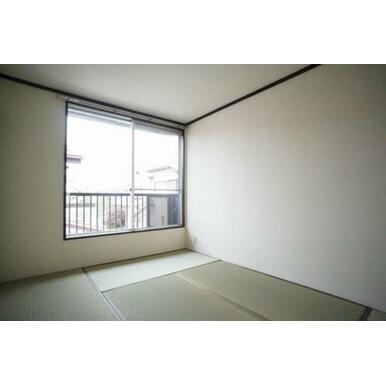 ◆和室◆畳のいい香りがするお部屋です♪小さいお子様が転んでも安心です!窓も大きく採光も良好です。