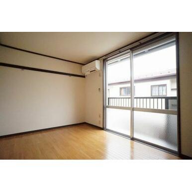◆洋室(5.5帖)◆エアコン付きのお部屋です♪化粧幕板もあるので、洋服やインテリアをかけるのにご活用