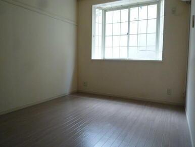 出窓があり使いやすい居室です♪