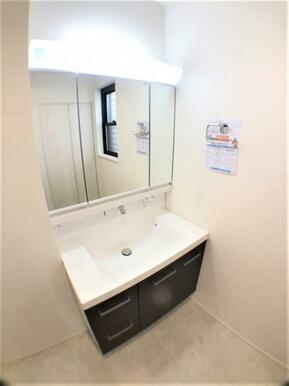 【洗面台】洗面からお化粧まで♪忙しい朝の準備に便利な洗髪洗面化粧台!