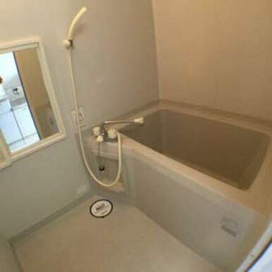 ゆっくり浸かって疲れをいやせるお風呂があります。バストイレ別室でゆったり過ごせます