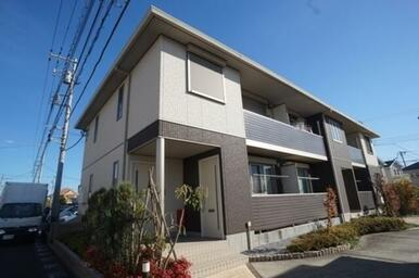 プライバシーニ配慮した各住戸1階専用玄関を配置した重層長屋スタイル
