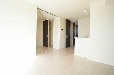 【LDK】LDKと洋室の仕切りを開放すると広々とした空間になります。