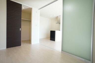 【洋室】壁一面分あるウォークインクローゼットは収納設備としても人気の収納です。