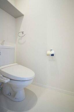 【トイレ】暖房洗浄便座。上の棚にはトイレットペーパーやタオルなど備品類を置けます。