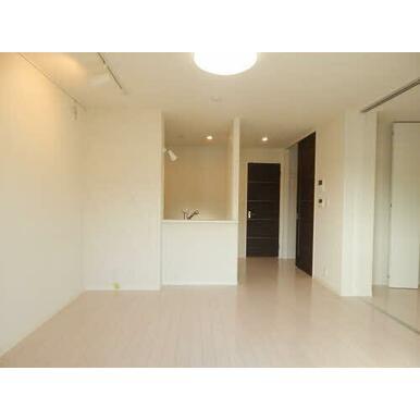 スライド式のドアを開けば、洋室と繋がり広々と使うことができます。