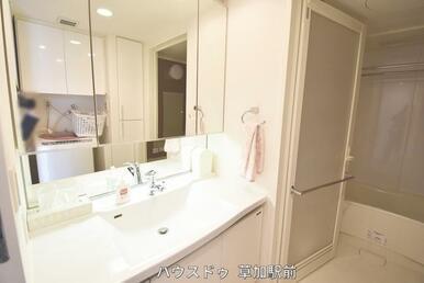 鏡の中が収納になっている洗面台は、物が隠せてすっきりした印象に♪
