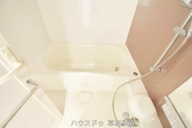 落ち着いた雰囲気の浴室で日々の疲れもリフレッシュ!浴室乾燥機もあるので、お天気に左右されずお洗濯が…