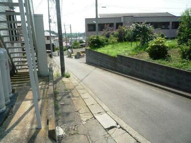 建物沿いの公道