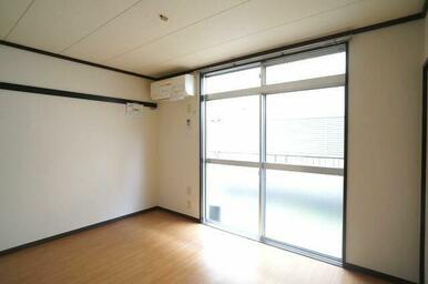 【洋室①】6.0帖の洋室①です。床から天井まである大きな窓が印象的なお部屋♪もちろんエアコンも備え付