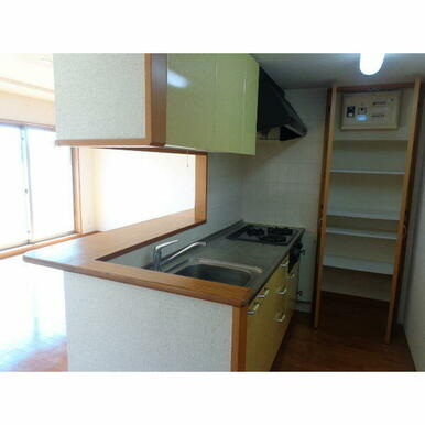 システムキッチンで3口コンロがありお料理しやすいです。キッチン横にパントリーがある便利なつくりです!