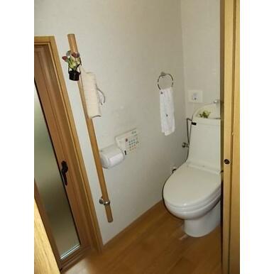 大き目の窓で明るい光差し込むトイレ。シャワー付きで毎日が快適です。