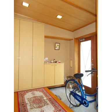 自転車も入ってしまうゆとりのある玄関。大型シューズボックス付き。