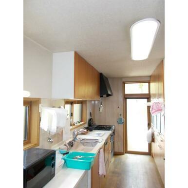 広めの作業スペースでお料理も快適になるシステムキッチン。