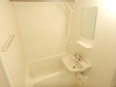 便利な浴室乾燥機付きバスルーム