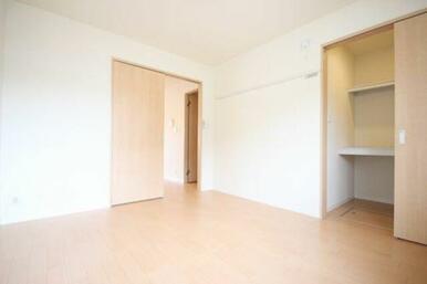 ◆洋室(6.4帖)◆ウォークインクローゼット付きで、お部屋を少しでもスッキリ使えますよ☆