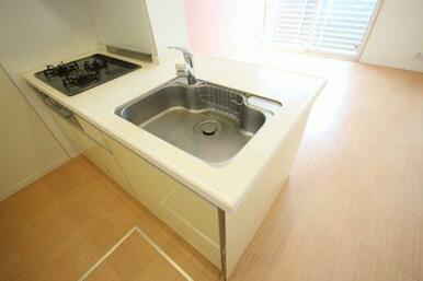 ◆キッチン◆3口ガスコンロ、グリル付きのシステムキッチンです!水栓はシングルレバーを採用しております