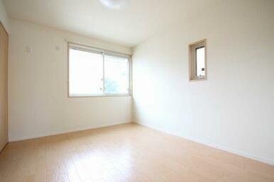 ◆洋室(6.4帖)◆窓も2つあり、採光も良好です☆