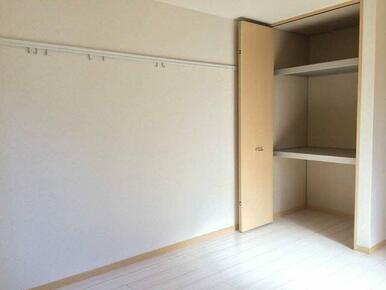 【収納】洋室には収納を設置しております。