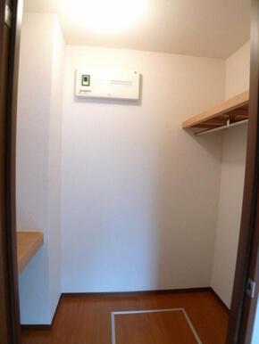 【WIC】ハンガーパイプと中段・枕棚で収納を応援☆衣装ケースを置いて衣類等をまとめてしまう事もできま