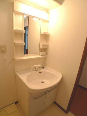 【洗面所】洗面台は洗髪のできるシャンプードレッサーです☆洗面所の上部には棚も付いていますのでサニタリ