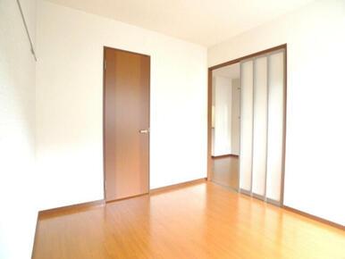 【洋室】南側の洋室です。前面にスペースがあるため日当たりも良いです☆スライド式の扉でリビングと行き来