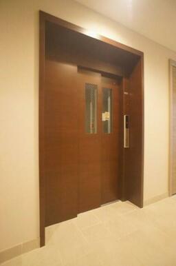 建物共用部には共用エレベーターが完備しております♪
