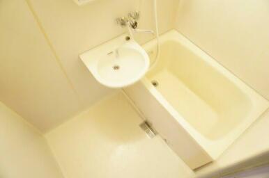 シンプルだけど落ち着く雰囲気のバスルームは魅力ですね