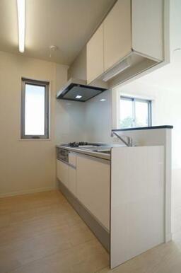 【キッチン】換気ができたり、光が取り込めるスイング窓がキッチンの横にございます☆