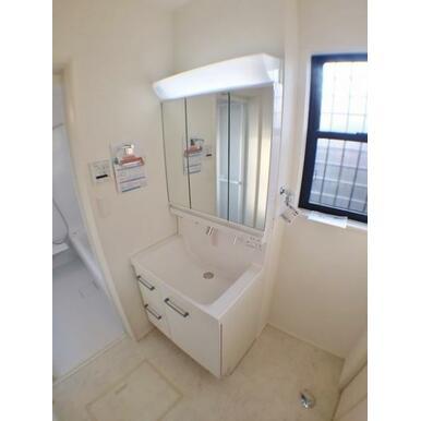 【洗面台】 忙しい朝の支度を手助けする、シャワー付洗面台!