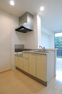 【キッチン】キッチンは人気の高いカウンタータイプです!テレビを見ながらお料理できます☆