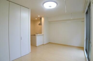 【洋室】洋室を別角度から撮影しました。天井には洗濯物干し竿を掛ける事ができるフックがありますので、竿