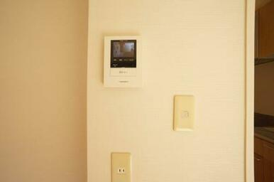 カラーモニター付きインターホンで来訪者を安全に確認できます☆