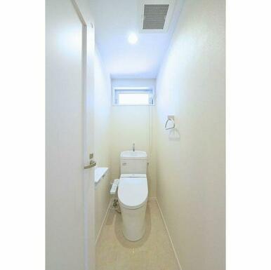 窓付きの明るいトイレです♪