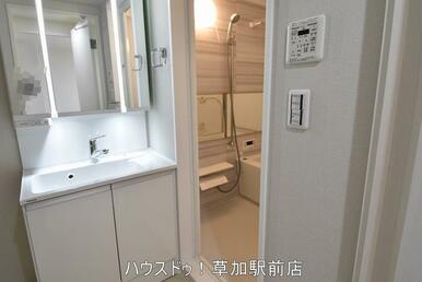 洗面台下と、鏡の中が収納になっているので、物が仕舞えてスッキリします♪